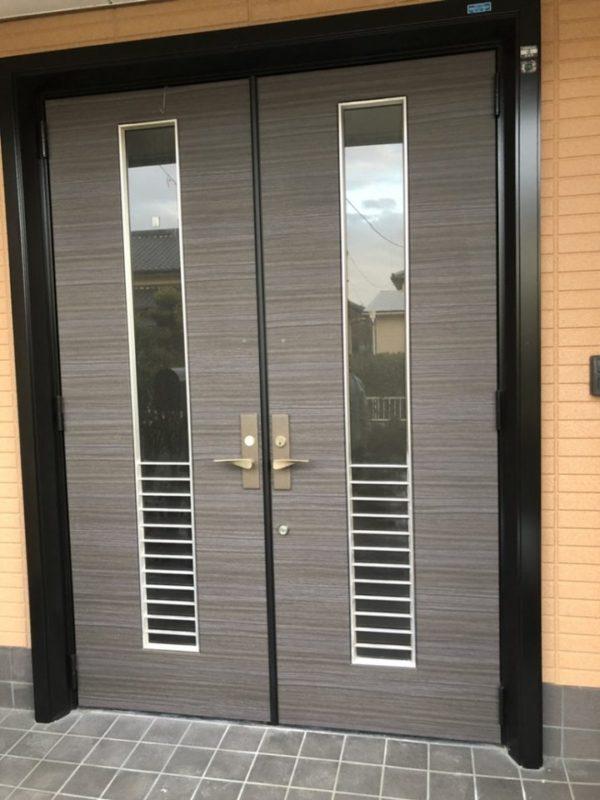 施工後の玄関ドア(ダイノックスシート)
