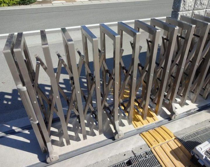 四国化成の収縮門扉を修理