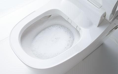 トイレを泡で洗う